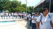 Estudiantes haciendo larga fila para trasladarse a sus hogares   Foto: El Noticiero de Manzanillo