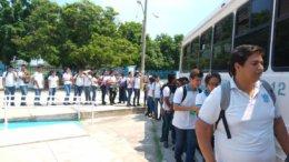 Estudiantes haciendo larga fila para trasladarse a sus hogares | Foto: El Noticiero de Manzanillo