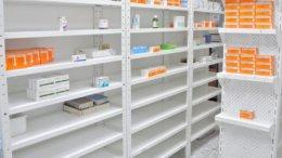 Anaqueles casi vacíos de medicinas   Foto: Especial