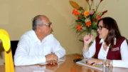 El periodista Carlos Valdez Ramírez entrevistando a Yeidckol Polevnsky Gurwitz, lideresa nacional de Morena.   Foto: El Noticiero de Colima
