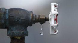 Desperdicio de agua por fuga   Foto: Quehacer Político