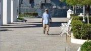 Adulto mayor disfrutando de caminar por el puerto | Foto: El Noticiero de Manzanillo