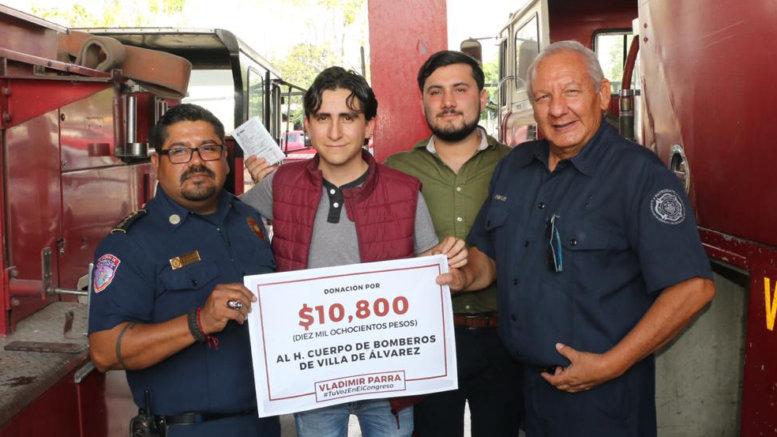 Bomberos de Villa de Álvarez recibiendo la donación de Vladimir Parra | Foto: Especial