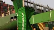 Recuperación de uno de los 13 contenedores caídos al mar | Foto: Especial
