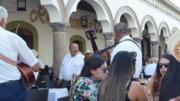 Turistas disfrutando de los portales de Comala | Foto: El Noticiero de Colima