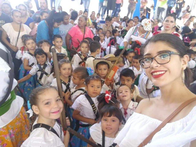 Laura Martinez Santos con un grupo de alumnos | Foto: Especial