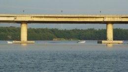 Pescando bajo el puente tepalcates | Foto: Especial