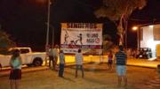Vecinos colocando manta con advertencia | Foto: El Noticiero de Manzanillo