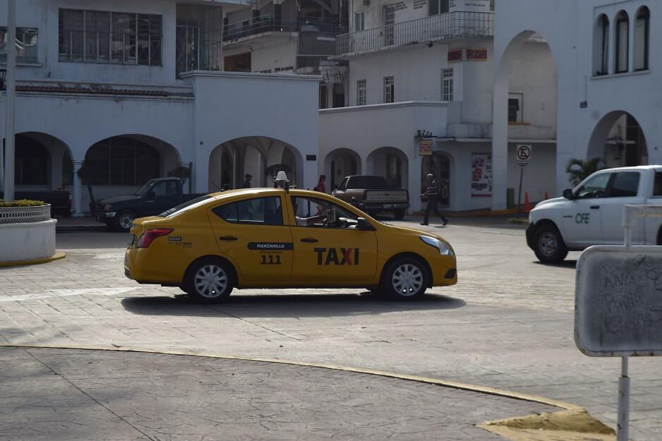 Taxi circulando en el centro de Manzanillo | Foto: El Noticiero de Manzanillo