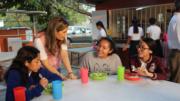 Margarita Moreno, compartiendo con jóvenes durante el desayuno | Foto: Especial
