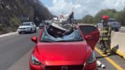 Vehículo impactado por una gigantesca roca en la autopista Colima-Manzanillo | Foto: Especial