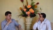 El cantante colimense Carlos Gustavo entrevistado por el periodista William Valdez Verduzco   Foto: El Noticiero de Colima