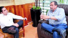 Periodista William Valdez, y el presidente de la Comunidad Portuaria de Manzanillo Héctor Mora Gómez | Foto: El noticiero