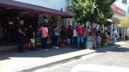 Fotografía de personas haciendo fila para sus tramites bancarios afuera de una sucursal de Santander | Foto: El Noticiero de Colima