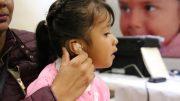 Imagen ilustrativa de una niña con problemas auditivos   Foto: especial