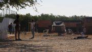 Hombres, niños y mujeres tomados de la mano, impidieron que destruyeran sus casas de cartón y madera, presentando además un presunto amparo. | Foto: Especial
