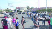 Gerentes de la tienda temían un saqueo masivo; sin embargo, los reunidos se organizaban para pedir apoyo al ayuntamiento de Manzanillo.   Foto: Especial
