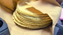 A finales de marzo productores de maíz y tortilla amenazaron con elevar el precio; sin embargo, la Profeco interfirió para advertir que habrá sanciones contra quienes apliquen el aumento. | Foto: Especial