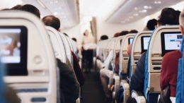 """""""Si estás volando, no hay forma de mantener la distancia social en un avión, así que necesitarás tomar otras precauciones, incluido el uso de cobertura facial"""", sostuvo."""