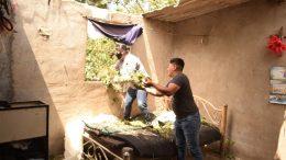 Vecinos y el alcalde acudieron en su auxilio ayudándolos a la remoción de escombro, llevaron víveres y láminas para cubrir nuevamente la casa.