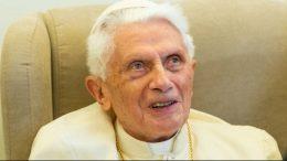 El papa emérito Benedicto XVI se está recuperando de una dolorosa infección en el rostro, asegura su secretario particular, el obispo Georg Gänswein.