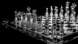 El set contiene un tablero y 32 piezas hechas a mano con oro blanco sólido de 18 quilates, además de 510 quilates de diamantes finos. |Fotos: Pearl Royale Chess Set.Tomada de colinburnjewelryart.com