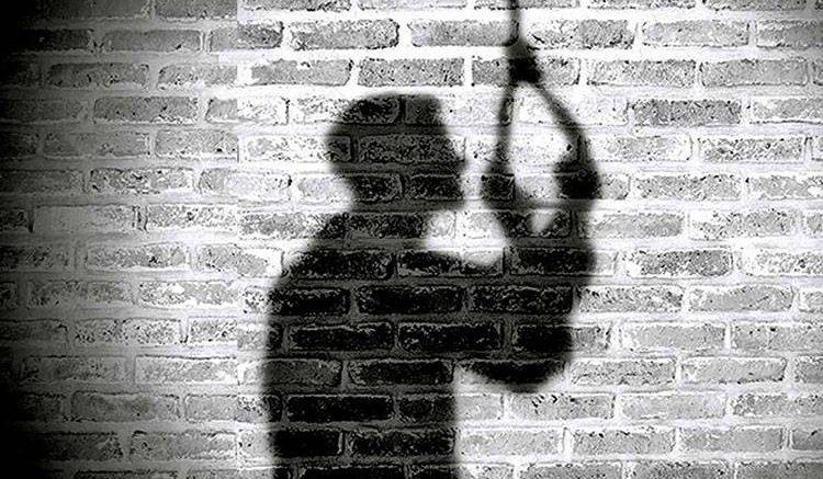 Una prima de la víctima acudió a su casa en la calle Leonides Sánchez y lo encontró colgado del techo.