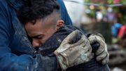 """Tres familiares míos murieron, vivían en el caserío Los Angelitos 1, mi prima, su esposa y el niño de ellos. Quedaron soterrados, pero ya los encontraron"""", dijo a periodistas Roxana Ruíz que llegó a la zona del desastre a buscar a sus familiares."""