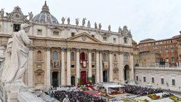 Cecilia Marogna, italiana a la que giraron medio millón de euros de la Santa Sede a una cuenta en Eslovenia, fue detenida el martes pasado en Milán por la policía financiera, informaron varios medios de prensa italianos.