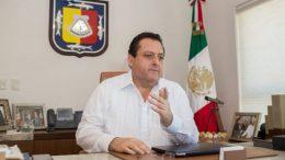 El gobernador de Baja California Sur, Carlos Mendoza Davis, dio a conocer que dio positivo a covid-19, junto con su esposa, Gabriela Velázquez de Mendoza.