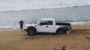 """El conductor """"calaba"""" la unidad para ver su desempeño, una hora duraron las maniobras para sacarla antes de que aumentara la marea."""