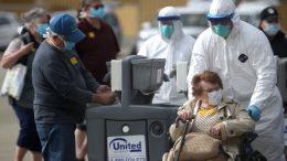Estados Unidos registró el jueves un nuevo récord de casos de covid-19 en 24 horas, al superar por la primera vez los 90 mil nuevos contagios, según un conteo de la universidad Johns Hopkins.