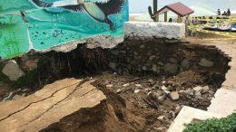 """El socavón al final de la calle de La Audiencia, es en el mismo lugar donde ocurrió con las lluvias de la tormenta """"Hernán"""" y del 16 de Septiembre pasado, solo que ahora presenta mayor profundidad y daño."""