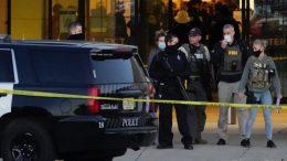 El alcalde de la ciudad, Dennis McBride, confirmó a agencias locales que el tirador se encuentra 'libre', aunque las autoridades ya realizan su búsqueda en toda la zona aledaña al centro comercial.