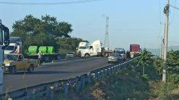 El conductor perdió el control de la unidad y se impactó contra el muro de contención, quedando varado entre los dos carriles.