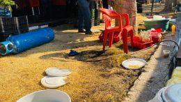 Un tanque de gas de un puesto de comida que no estaba bien asegurado cayó al suelo, dañándose un tubo de cobre, lo que provocó la fuga que originó el flamazo.