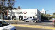 Dos personas fueron abordados al salir de un banco en Santiago para despojarlos del dinero que acababan de retirar.