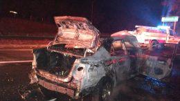 El automóvil siniestrado chocó contra otro por alcance, por lo que de inmediato comenzó a incendiarse, impidiendo que sus ocupantes pudieran salir, provocándoles quemaduras que ponen en riesgo su vida.