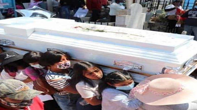 La quema de cohetones anunciaba la llegada del cortejo fúnebre al panteón de Villa Cuauhtémoc, el cual había iniciado casi tres horas antes, desde una vivienda de la cabecera municipal de Xonacatlán.