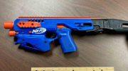 Se trata de dos armas de fuego que cuentan con las características de una pistola de juguete de la marca Nerf, incluso tienen los logotipos del juguete y colores distintivos.