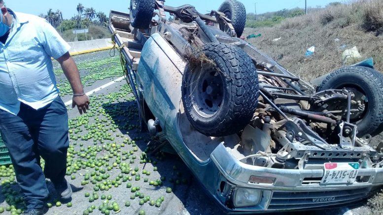La camioneta en que viajaba como acompañante sufrió una volcadura, la fémina quedó bajo la unidad que transportaban mercancía, entre ellas, limones.