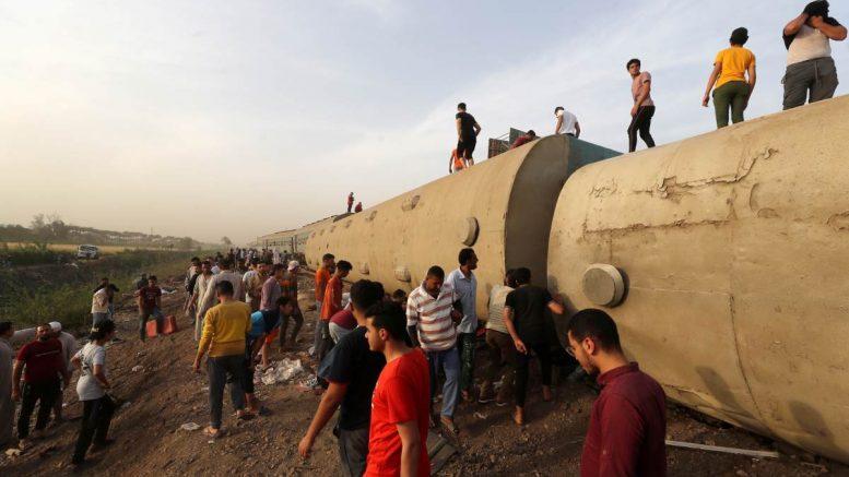 El descarrilamiento de un tren de pasajeros al norte de El Cairo, en Egipto, deja al menos 11 muertos y casi un centenar de heridos.