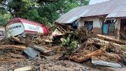Las inundaciones arrasaron con viviendas y también destruyeron puentes El portavoz de la agencia de gestión de desastres, Raditya Jati, informó que 27 personas seguían desaparecidas y nueve estaban heridas.