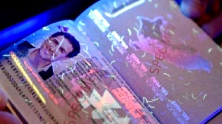 El nuevo pasaporte electrónico añadirá un microprocesador con la capacidad de almacenar la fotografía, datos biométricos y la información principal de la persona. Además, contaría con una hoja de policarbonato que mejora su resistencia en climas extremos y funciona como otra protección ante los fraudes.