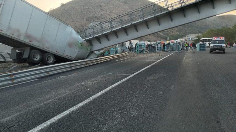 La Guardia Nacional informó a través de redes sociales, que a pesar de lo aparatoso del accidente por la caída del puente, no hubo personas lesionadas, sólo daños materiales.