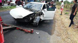 Paramédicos de la Cruz Roja se encargaron de brindarle los primeros auxilios a los accidentados; en el lugar, quedó el vehículo con daños de consideración.