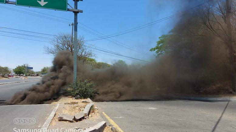 Personal de Protección Civil, Vialidad y Bomberos Colima atendió un incendio que se presentó en las alcantarillas ubicadas en las avenidas Pablo Silva y Boulevard Rodolfo Chávez Carrillo.