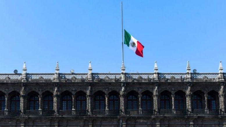 """Se acordó el izamiento de la Bandera Nacional a media asta desde este martes 4 de mayo hasta el próximo jueves 6: """"en señal de duelo nacional"""", se lee en el comunicado compartido."""