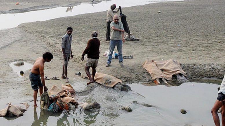 Según los habitantes entrevistados por la AFP, los cuerpos podrían haber sido abandonados en el río, sagrado para los hindúes, por sus familiares que no podían comprar madera para las cremaciones tradicionales o por falta de espacio en los crematorios sumergidos por el número de muertes debidas al Covid-19.