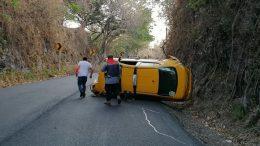 Trascendió que el chofer perdió el control del taxi, volcándose y quedando de costado sobre la cinta asfáltica, obstruyendo el carril de la carretera libre Quesería-Tonila, en el municipio de Cuauhtémoc.